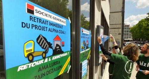Manifestation BIZI devant Société Générale